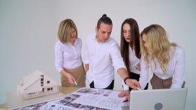 El hombre de negocios firma el contrato detrás del modelo arquitectónico casero Cierre para arriba almacen de video