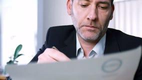 El hombre de negocios firma el contrato almacen de video