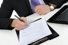 El hombre de negocios firma un contrato Fotografía de archivo libre de regalías