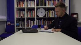 El hombre de negocios firma un documento metrajes