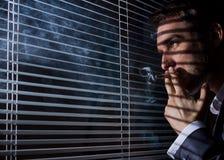 El hombre de negocios fuma Imagen de archivo