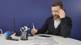 El hombre de negocios habla en el teléfono en oficina moderna almacen de metraje de vídeo