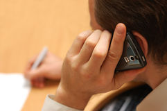 El hombre de negocios habla por el teléfono móvil Imagen de archivo libre de regalías