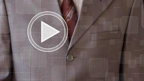 El hombre de negocios hace clic el botón de reproducción 24 horas de empresa de servicios almacen de metraje de vídeo