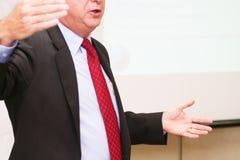 El hombre de negocios hace discurso en la sala de reunión Foto de archivo libre de regalías