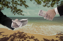 El hombre de negocios hace el dinero de la playa Fotos de archivo libres de regalías