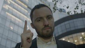 El hombre de negocios hace gesto treatening por el finger almacen de video