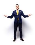 El hombre de negocios hermoso emocionado con los brazos aumentó en éxito Foto de archivo