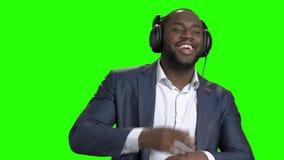 El hombre de negocios hermoso en auriculares está bailando metrajes