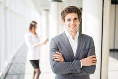 El hombre de negocios hermoso joven cruzó las manos delante de la mujer de negocios Personas del asunto Imagen de archivo