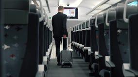El hombre de negocios hermoso joven, viene con equipaje, en el tren vacío almacen de metraje de vídeo