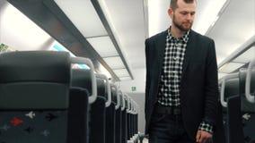 El hombre de negocios hermoso joven, viene con equipaje, en el tren vacío almacen de video