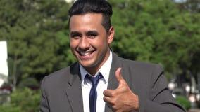 El hombre de negocios hispánico está de acuerdo y manosea con los dedos para arriba metrajes