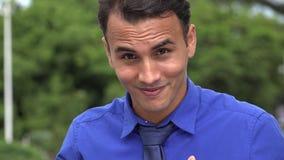 El hombre de negocios hispánico joven acertado manosea con los dedos para arriba almacen de video