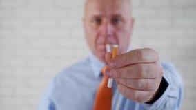 El hombre de negocios Image Taking una rotura para fumar toma un cigarrillo y una oferta uno almacen de video