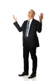 El hombre de negocios integral con las manos abre gesto Fotos de archivo