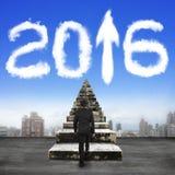 El hombre de negocios intensifica la flecha vieja 2016 del blanco de las escaleras encima de las nubes Fotografía de archivo