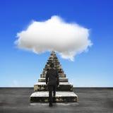 El hombre de negocios intensifica las escaleras concretas viejas hacia la nube blanca Imagen de archivo libre de regalías