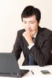 El hombre de negocios japonés se preocupa algo Foto de archivo libre de regalías
