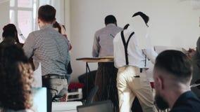 El hombre de negocios joven agotado del jefe no puede ocuparse de la tensión, lanzando los documentos de papel en el aire en la t almacen de metraje de vídeo
