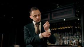 El hombre de negocios joven atractivo acertado viste un traje de negocios metrajes