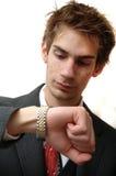El hombre de negocios joven atractivo controla tiempo Fotos de archivo