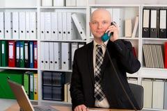 El hombre de negocios joven con la cabeza calva está llamando Fotografía de archivo libre de regalías