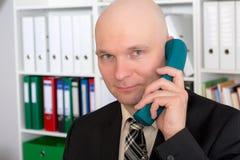 El hombre de negocios joven con la cabeza calva está llamando Fotos de archivo