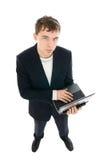 El hombre de negocios joven con la computadora portátil aislada Fotos de archivo