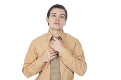 El hombre de negocios joven corrige el lazo Foto de archivo