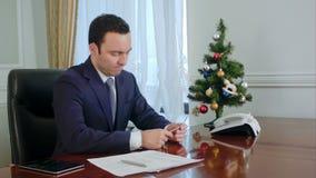 El hombre de negocios joven decepcionado cuenta el dinero antes de la Navidad metrajes