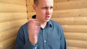 El hombre de negocios joven detectó un olor desagradable almacen de metraje de vídeo