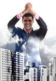 El hombre de negocios joven disfruta de la victoria foto de archivo