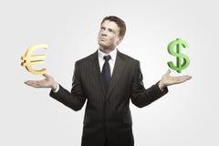 El hombre de negocios joven elige muestras del euro o de dólar. Fotos de archivo libres de regalías