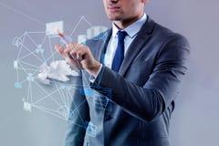El hombre de negocios joven en concepto computacional de la nube imagen de archivo