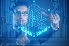 El hombre de negocios joven en concepto innovador del blockchain imagen de archivo libre de regalías