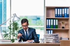 El hombre de negocios joven en la tensión con las porciones de papeleo imagenes de archivo