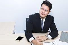 El hombre de negocios joven es tensión y preocupación de los años 20-30 en la oficina imagen de archivo