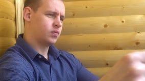 El hombre de negocios joven lee el periódico metrajes