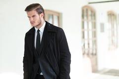 El hombre de negocios joven mira lejos imagen de archivo
