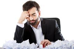 El hombre de negocios joven no puede encontrar una idea Imagen de archivo libre de regalías