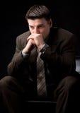 El hombre de negocios joven piensa en el sofá Imagen de archivo