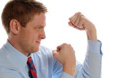 El hombre de negocios joven que muestra los puños y alista para luchar Imágenes de archivo libres de regalías