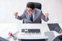 El hombre de negocios joven que trabaja en su escritorio Fotografía de archivo