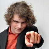 El hombre de negocios joven señala su dedo en usted Foto de archivo