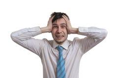 El hombre de negocios joven subrayado está llevando a cabo su cabeza Aislado en el fondo blanco imagen de archivo