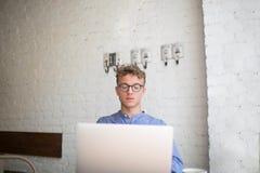 El hombre de negocios joven usando el red-libro para crea plan financiero Foto de archivo libre de regalías