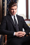 El hombre de negocios le mira de silla Imagen de archivo