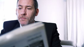 El hombre de negocios lee los periódicos Fotos de archivo