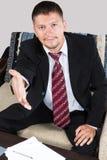 El hombre de negocios lleva a cabo hacia fuera su mano para un apretón de manos Imagen de archivo libre de regalías